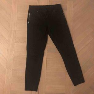 Ett par skit snygga byxor från ett okänt märke💞 Använda sparsamt så de är i mycket bra skick! Frakt: 40kr