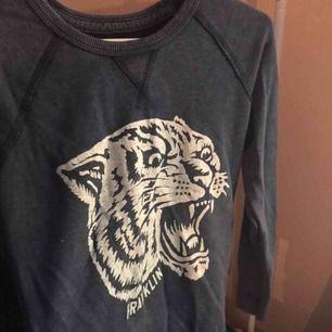 En sweatshirt från Franklin & Marshall i en marinblå färg. Använt den max 4 gånger så den är så gott som ny och är i bra skick