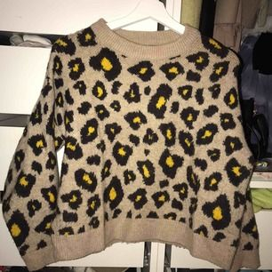 Fin stickad tröja med unikt mönster som sticker ut med de gula färgerna, livar upp en outfit! Köpt i mango och har väldigt mysigt material