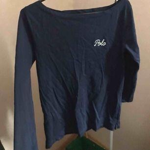 Marinblå tröja från Ralph Lauren med trekvartsärmar så de slutar lite tidigare på ärmen. Använt bara 2 gånger så den är som ny