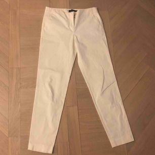 Ett par skit fina vita kostym byxor från Massimo Dutti💞💞 Inga defekter eller slitningar och inte allt för använda. Köpta för ungefär 600kr☺️ Frakt: 40kr