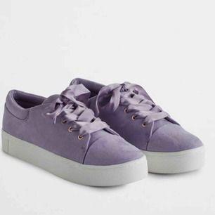 Lavendel-lila sneakers med sidenband nyskick- använda en gång men säljer pga för liten storlek :(💜💜 (du står för frakten) nypris: 500 kr