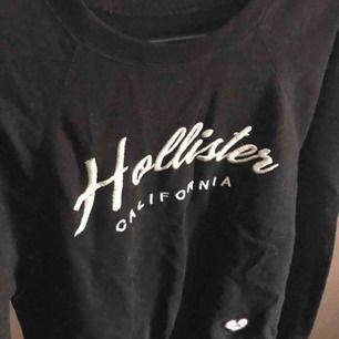 Svart sweatshirt från Hollister, använt max 3 gånger som den är som ny!