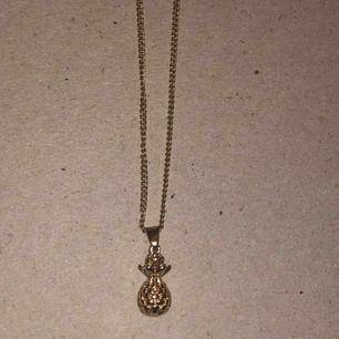 Ett super gulligt halsband med en liten ananas på!💞💞 Aldrig använt och har inte rostat någonstans☺️ frakt: 18kr