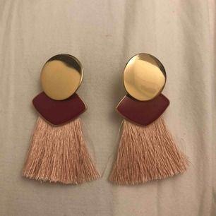 Ett par as balla örhängen köpta på Gina Tricot ett tag sen. Aldrig kommit till användning vilket också innebär perfekt skick😁 Frakt: 18kr
