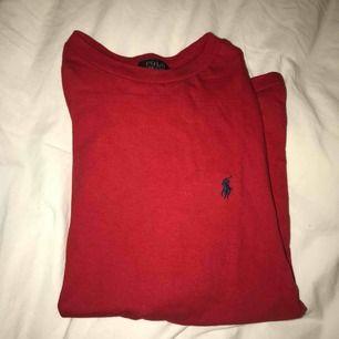 Detta är en Ralph lauren t-shirt i killmodell men funkar även för tjejer. Jag som har använt denna t-shirt är tjej. Den är i storlek M men är väldigt liten i storleken så skulle mer tippa på XS. Du betalar för frakten. T-shirten är i väldigt bra skick