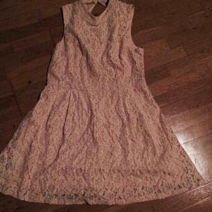 Aprikos spetsklänning (lite ljusare än på bilderna) i stl L. Köpt i USA, använd 1 gång. Knäpps i ryggen där den även är öppen upptill. Priset är inkl frakt
