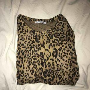 Detta är en långärmad tröja från zara med Leo print.  Storlek M men extremt liten i storleken så skulle tippa mer på storlek XS. Frakten betalar du!