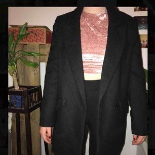 Jättefin kappa att ha i vinter, svart vanligt syntetmaterial🥰 Om man vill ha oversize så föredrar jag att man är xs💕💕 Helt ny och aldrig använd från pull & bear, nypris: 559kr  Vid snabb affär kan jag sänks priset💕🙌🏼