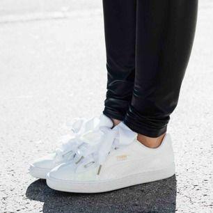 ❤️ Säljer dessa puma basket skor , ganska simpla vita skor passar till det mesta , sjukt balla om man få säga de själv.❤️ har ett bra skick. Band följer med som är nya. 🥳🌈