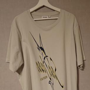 Säljer denna såsåså snygga T-shirt från Weekday då den inte används tyvärr ): Köptes för 399 Kr inne på Weekday och då den inte blivit använd så är den i Ny skick! PS. Passar som en L också i storlek (: