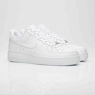 Ett par sprillans nya Nike Air Force! Endast testade därav priset, som är exklusive frakt. Kan tänka mig att sänka priset, buda!  Beställda från Zalando för 1095 kronor och säljer pga av fel storlek, och kan tänka mig att mötas upp eller frakta💞