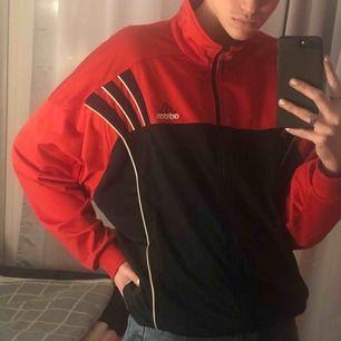 Retro Adidas tröja i mycket bra skick.  Den är väldigt oversized vilket gör den snyggare :))  I princip oanvänd och är lätt att kombinera med andra kläder. Tröjan är snygg stängd såsom öppen 🥰 (Köparen står för frakt)
