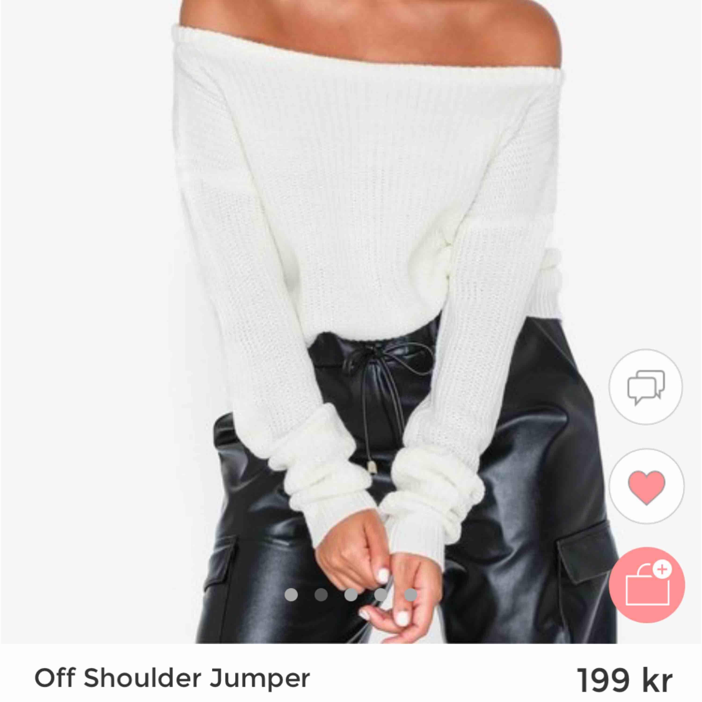 Säljer en vit Off shoulder stickad tröja från Nelly. Använd 1 gång, i mycket bra skick:) Köptes för 199kr.  (Fler bilder på tröjan kan skickas om så önskas) :). Stickat.