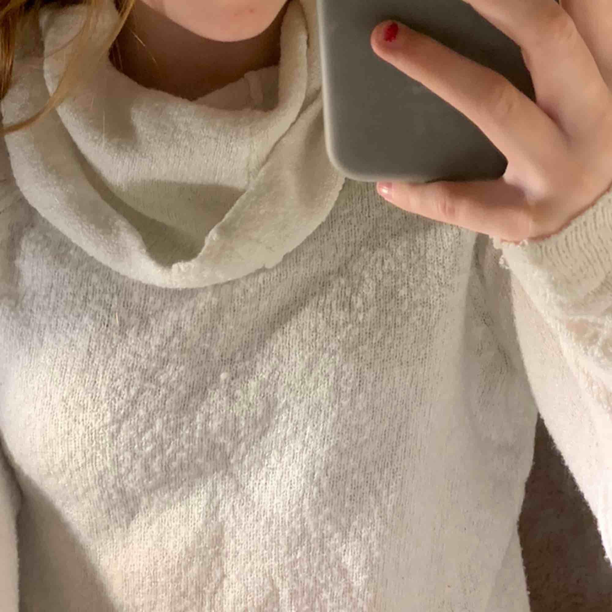 Vit mysig tröja nu på hösten/vintern med lite större polokrage. Den är lite croppad i modellen men funkar också att stoppa bakom ett par byxor så som jag gjort på bilderna. Frakt tillkommer 🥰. Tröjor & Koftor.