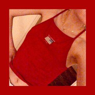 Rött linne med amerikanska flaggan och text där det står NYC BROOKLYN 🇺🇸❤️