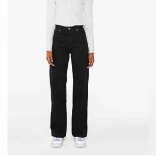 Jeans från Monki i modellen Yoko, säljer pågrund av att dom har blivit för små🥺 Tvättade 1-2 gånger så har en snygg lite urtvättad färg! Köparen står för frakten🥰