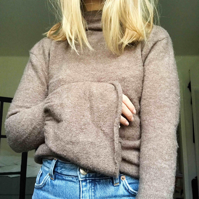 """Varm stickad tröja från NA-KD med volang-ärmar och lite """"turtleneck"""". Kan mötas upp i Göteborg eller skicka mot att köparen står för frakten.. Stickat."""