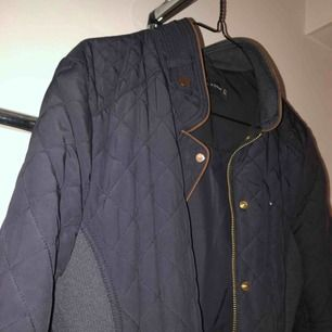 Zara jacka som tyvärr är för stor för mig, som man ser på bilden! Jag har xs, den är M. Passform: figurnära, skulle säga passar till både S-M. Stretchig på sidorna. 3 fickor med dragkedja. Frakt betalar man själv :) swish