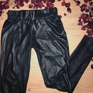ett par supersnygga och bekväma svarta tights i läderimitation, man glömmer att man har dem på! det finns ett litet hål vid baken, som säkert går att sy ihop. annars syns den knappt med svarta underkläder eller längre toppar