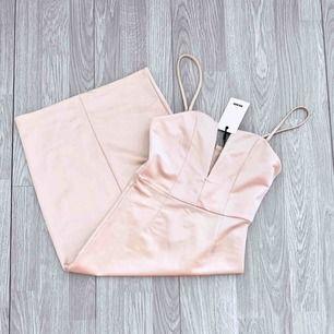 Ny ljusrosa klänning från Bikbok med prislappen kvar, storlek S.   Möts upp i Stockholm eller fraktar. Frakt kostar 59kr extra, postar med videobevis/bildbevis. Jag garanterar en snabb pålitlig affär!✨
