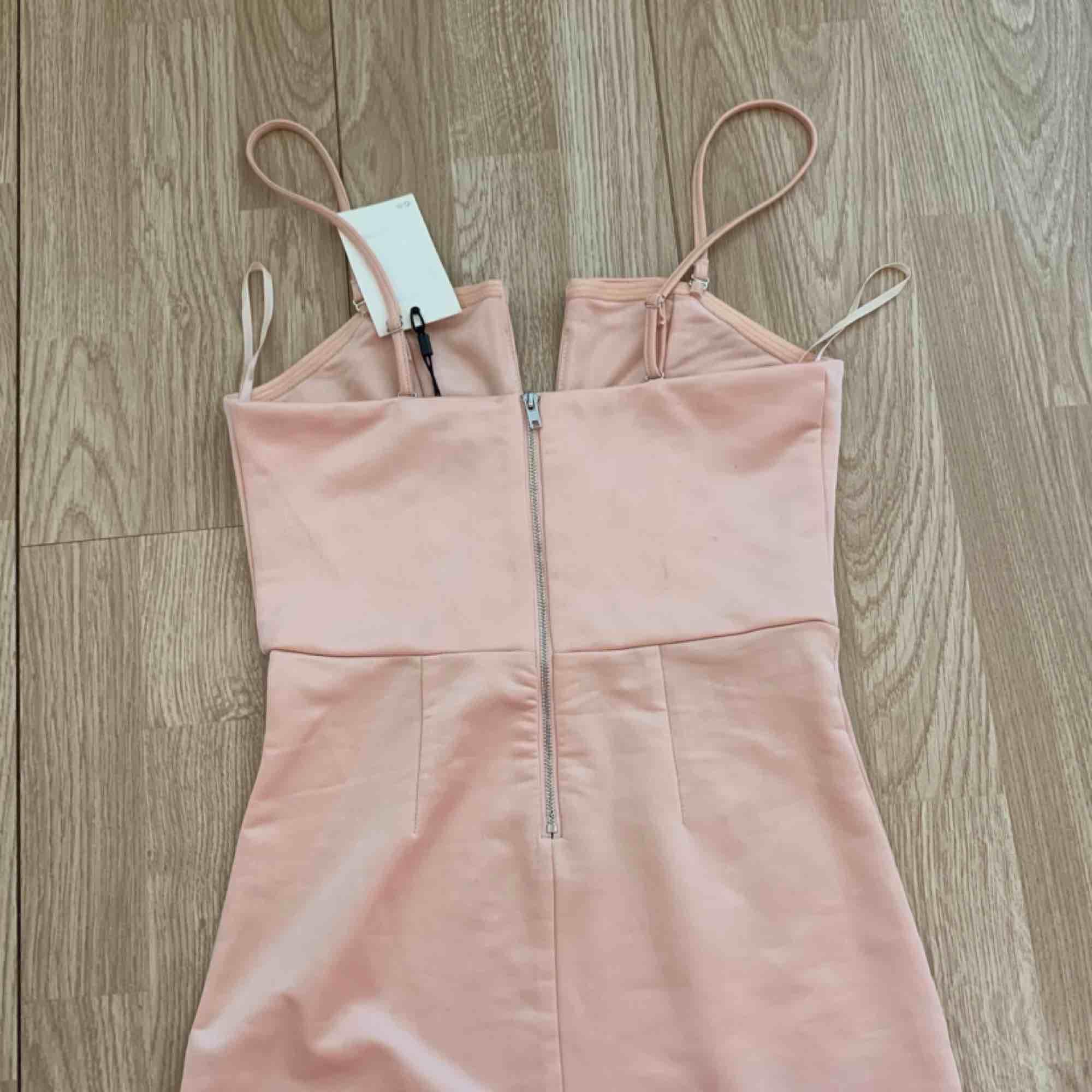 Ny ljusrosa klänning från Bikbok med prislappen kvar, storlek S.   Möts upp i Stockholm eller fraktar. Frakt kostar 59kr extra, postar med videobevis/bildbevis. Jag garanterar en snabb pålitlig affär!✨. Klänningar.