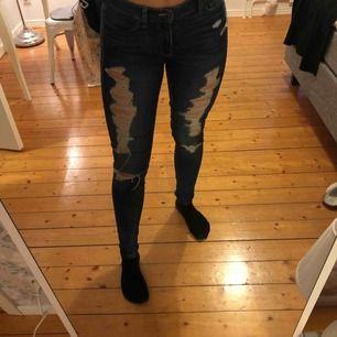 Slitna jeans från Hollister. Köparen står för frakt