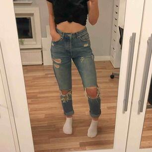 Bekväma slitna jeans från bikbok. Köptes för 600 kr och har knappt använt dom då dom är lite stora på mig. Storlek S men passar även en M och en XS om man vill att de sitter mer baggy. Vid köp av flera plagg samfraktar jag, så in och kika!💕