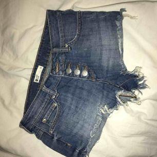 Ett par snygga Jens shorts från Gina tricot. De är väldigt korta så passar någon med liten rumpa! Använda men i bra skick! Säljer för 30 + frakt!