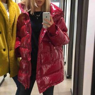 Ascool jacka köpt på zara förra säsongen. Tjock och varm men fortfarande extremt trendig med röd lack. Sparsamt använd så nästan som ny! Har för mig att nypris var 600kr.