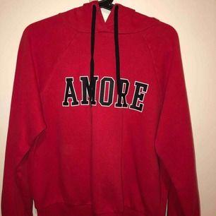 En röd hoodie från Gina Tricot! Man får med det röda snöret också! och frakten blir 69kr