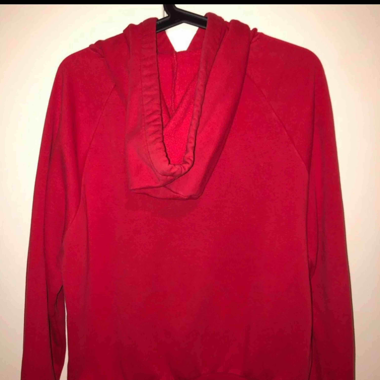 En röd hoodie från Gina Tricot! Man får med det röda snöret också! och frakten blir 79kr. Tröjor & Koftor.