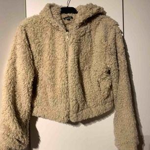 Beige Teddy tunnare jacka från Boohoo i kort modell Aldrig använd
