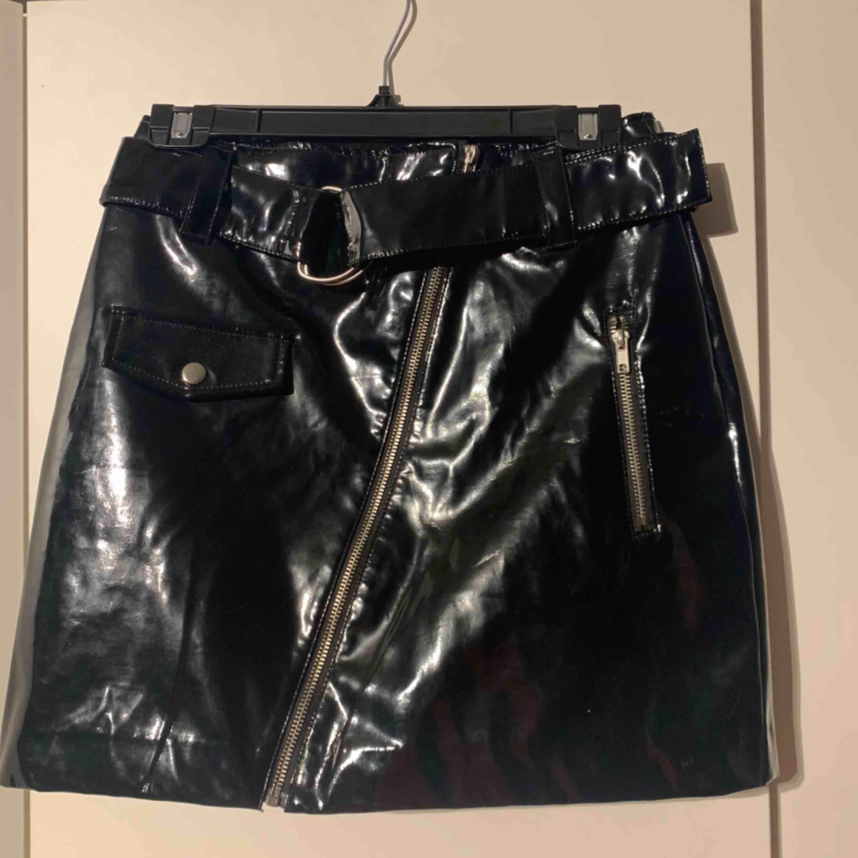 Svart lackkjol från H&M, aldrig använd!  Kan fraktas . Kjolar.