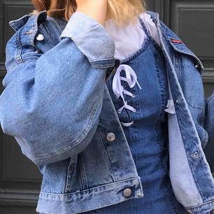 Säljer min fina jeansklänning från second hand pga att den är precis för liten för mig. Passar allt mellan xs-m beroende på passform, anser personligen att den blir lite kort, men är även 1,68. Pris & frakt kan diskuteras!