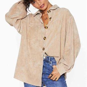 • Snygg oversized skjorta i cordmaterial •  - står storlek 34 men är väldigt oversized så passar upp till storlek 40  100kr + frakt