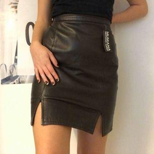 Vintage läderkjol, köpt på Humana 💗 Märkt som storlek 44 men sitter mer som en M, jag håller in den i midjan på bilderna då den är för stor för mig!
