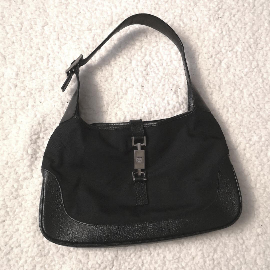 Säljer min Gucci Jackie väska! Den perfekta axelväska som man får plats med det mesta i utan att den känns stor å bulkig! Jag har skaffat nytt äkthetsintyg som kan skickas om du vill! 🖤 Köpt i en vintage butik som specialiserar sig i designer varor från Japan! Ny kostar en sånhär väska mellan 12-14 000kr. Skickar den spårbart och försäkrat!  INGA SKAMBUD. Annonsen är upplagd på Tise också.   !!! Skriv inte om ni inte är seriösa/inte tänker köpa direkt!!!. Väskor.