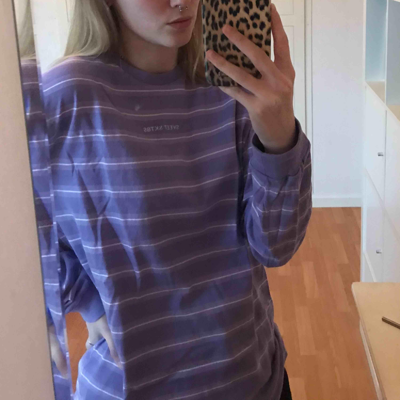 Långärmad sweatshirt från Sweet Sktbs. Kan mötas upp i Norrköping/Katrineholm eller frakta utan extra kostnad.. Toppar.