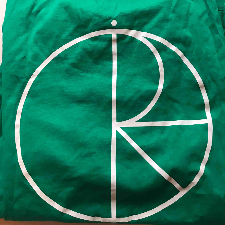 T-shirt från Polar i starkt grön färg med vitt tryck på ryggen. Kan mötas upp i Norrköping/Katrineholm eller frakta för 20kr.. T-shirts.