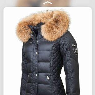 Finns det någon som vill byta sin parajumper long bear eller kodiak mot denna jackan? Jackan har köpt 2månader sen! Jackan äranvänd få ggr! Jackan är 46 motsvarar ungefär L-XL