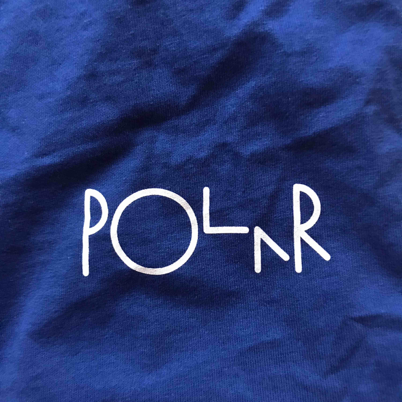 Mörkblå t-shirt från Polar med ett litet tryck fram. Kan mötas upp i Norrköping/Katrineholm eller frakta för 20kr.. T-shirts.