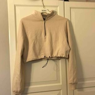 Jättefin beige tröja med dragkedja, lite kortare i modellen. Säljer pga att den tyvärr inte kommer till användning:(🥰