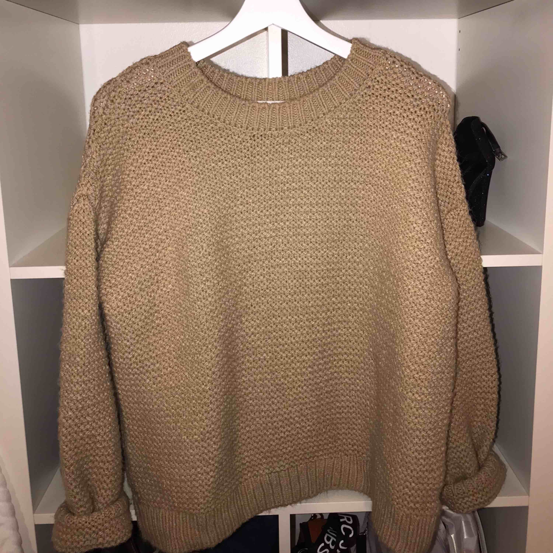 Jätte mysig stickad tröja från BikBok, använd några få gånger. Den är inte stickig alls!! Säljs pga använda ej. . Stickat.