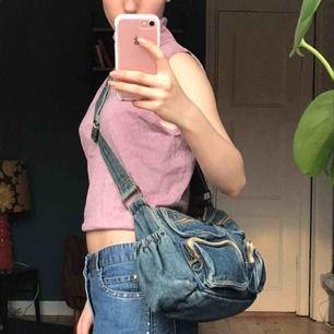 Jeansväska med massa fack för förvaring! Superfin och gulligt klädd inuti💕💕 frakt 36 kr :)