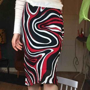 Superball kjol i medellängd. Den är i stretchiga material och är lite för stor för mig i midjan och jag har stl 32, men jag brukar istället ha den vid höften och då sitter den supersnyggt! Frakt ingår💕💕💕