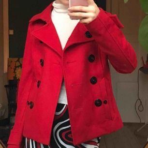 Röd jacka i superfint skick, ser faktiskt sprillans ny ut! Passar stl 34-36 skulle jag säga, frakt tillkommer💕💕