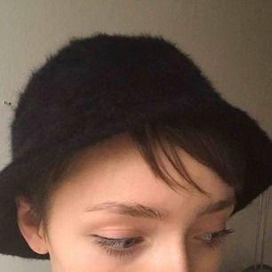 Svart fluffig hatt köpt second hand men nästan aldrig använd och i superfint skick! Frakt 30 kr💕