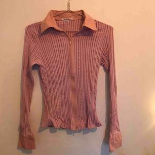 Unik rosa skjort-tröja, med dragkedja och massa fina detaljer. Köpt second hand men inte använd mycket. Skriv för fler bilder. Kan mötas upp/posta, men köparen står för frakten.🥰