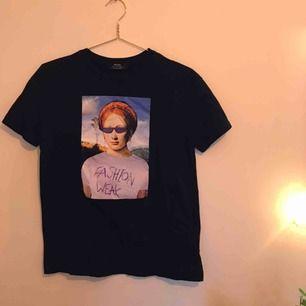 Skitcool t-shirt från Bershka. Inte använd mycket, i princip som ny! Sitter oversized på mig som har S. Skriv för fler bilder. Kan mötas upp/posta, men köparen står för frakten.🥰